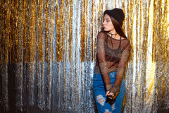 Muchacha hermosa que se opone a un fondo del ` brillante s Eve del Año Nuevo de las paredes Foto de archivo libre de regalías