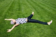 Muchacha hermosa que se relaja en la hierba verde Foto de archivo libre de regalías
