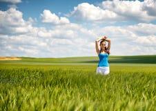 Muchacha hermosa que se relaja en un campo de trigo del verano fotos de archivo libres de regalías