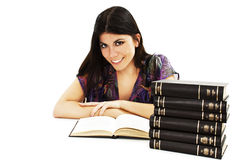 Muchacha hermosa que se sienta en el escritorio y el libro de lectura Fotografía de archivo libre de regalías