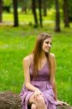 Muchacha hermosa que se sienta en el parque Foto de archivo libre de regalías