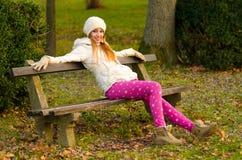 Muchacha hermosa que se sienta en el parque Imágenes de archivo libres de regalías