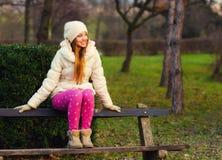 Muchacha hermosa que se sienta en el parque Imagen de archivo libre de regalías