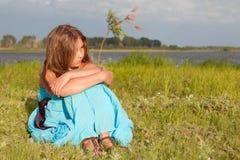 Muchacha hermosa que se sienta en la hierba verde, verano Imágenes de archivo libres de regalías
