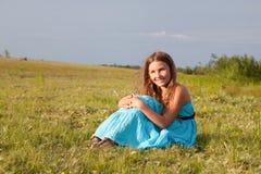 Muchacha hermosa que se sienta en la hierba verde, verano Fotografía de archivo libre de regalías