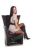 Muchacha hermosa que se sienta en silla Foto de archivo