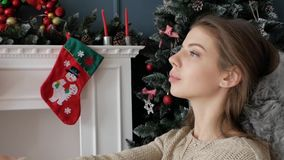 Muchacha hermosa que se sienta por la chimenea Año Nuevo almacen de metraje de vídeo