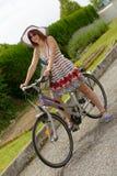 Muchacha hermosa que se va a la playa en bicicleta Imagen de archivo libre de regalías