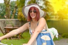 Muchacha hermosa que se va a la playa en bicicleta Fotos de archivo libres de regalías