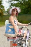 Muchacha hermosa que se va a la playa en bicicleta Foto de archivo