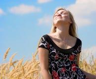 Muchacha hermosa que soña sobre el cielo azul Imagenes de archivo