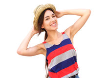 Muchacha hermosa que sonríe con el sombrero Imágenes de archivo libres de regalías