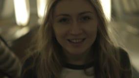 Muchacha hermosa que sonríe en la cámara con a almacen de metraje de vídeo