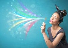 Muchacha hermosa que sopla burbujas y líneas coloridas abstractas Fotos de archivo libres de regalías