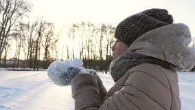Muchacha hermosa que sopla en la nieve fría blanca Flor en la nieve Juegos de la nieve metrajes