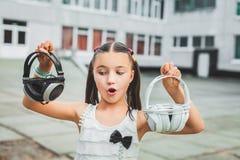 Muchacha hermosa que sostiene el auricular Fotografía de archivo libre de regalías