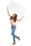 Muchacha hermosa que sostiene el cartel blanco sobre su cabeza Imágenes de archivo libres de regalías