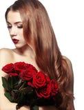 Muchacha hermosa que sostiene el manojo de rosas Imagen de archivo libre de regalías