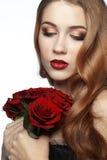 Muchacha hermosa que sostiene el manojo de rosas Fotos de archivo libres de regalías