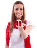 Muchacha hermosa que sostiene el regalo Imagen de archivo
