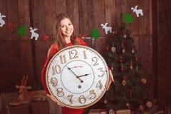 Muchacha hermosa que sostiene el reloj grande Imagen de archivo libre de regalías