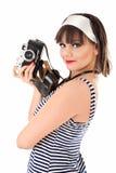 Muchacha hermosa que sostiene la cámara vieja Fotografía de archivo