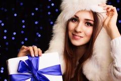 Muchacha hermosa que sostiene la caja de regalo con la cinta azul Foto de archivo libre de regalías