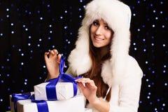 Muchacha hermosa que sostiene la caja de regalo con la cinta azul Fotos de archivo libres de regalías