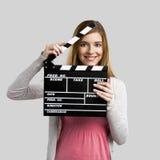 Muchacha hermosa que sostiene la tablilla Foto de archivo libre de regalías