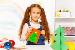 Muchacha hermosa que sostiene la tarjeta hecha a mano del cartón Fotos de archivo libres de regalías
