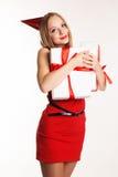 Muchacha hermosa que sostiene las cajas de regalo blancas Imagen de archivo