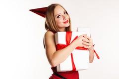 Muchacha hermosa que sostiene las cajas de regalo blancas Fotos de archivo