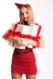 Muchacha hermosa que sostiene las cajas de regalo, feliz cumpleaños Foto de archivo