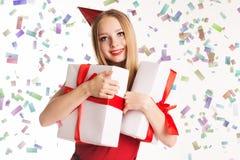 Muchacha hermosa que sostiene las cajas de regalo, feliz cumpleaños Fotos de archivo