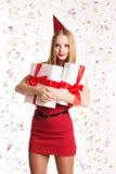 Muchacha hermosa que sostiene las cajas de regalo, feliz cumpleaños Foto de archivo libre de regalías
