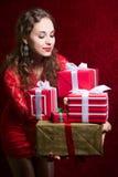 Muchacha hermosa que sostiene los regalos Foto de archivo libre de regalías