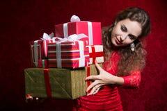 Muchacha hermosa que sostiene los regalos Fotografía de archivo