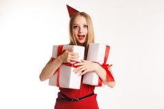 Muchacha hermosa que sostiene sus regalos de cumpleaños Fotos de archivo