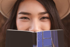 Muchacha hermosa que sostiene un libro abierto Imagen de archivo