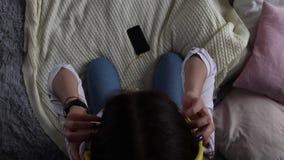 Muchacha hermosa que sostiene un smartphone en las manos de una pantalla verde del verde de la pantalla almacen de video