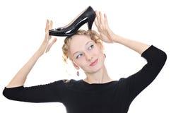 Muchacha hermosa que sostiene un zapato Fotografía de archivo libre de regalías