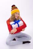 Muchacha hermosa que sostiene una caja con un regalo Imágenes de archivo libres de regalías