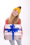 Muchacha hermosa que sostiene una caja con un regalo Fotos de archivo