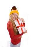 Muchacha hermosa que sostiene una caja con un regalo Fotos de archivo libres de regalías