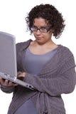 Muchacha hermosa que sostiene una computadora portátil Foto de archivo libre de regalías