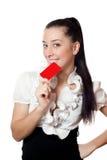 Muchacha hermosa que sostiene una tarjeta Fotografía de archivo libre de regalías
