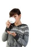 Muchacha hermosa que sostiene una taza de té Imágenes de archivo libres de regalías