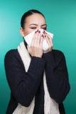 Muchacha hermosa que tiene concepto frío de los síntomas de la estación del invierno Fotos de archivo