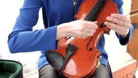 Muchacha hermosa que toca el violín almacen de metraje de vídeo