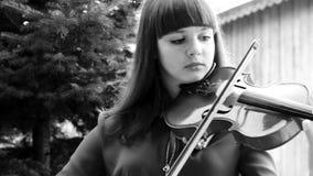 Muchacha hermosa que toca el violín metrajes